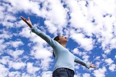 Szczęśliwej kobiety trwanie outside z otwartymi rękami zdjęcia stock