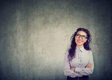 Szczęśliwej kobiety uśmiechnięty i przyglądający up zdjęcia stock