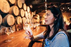 Szczęśliwej młodej azjatykciej damy smaczny wino fotografia stock