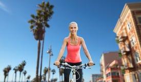 Szczęśliwej młodej kobiety jeździecki bicykl outdoors Fotografia Royalty Free