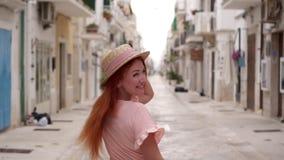 Szczęśliwej młodej kobiety turystyczny odprowadzenie przez ulic stary Europejski miasto, zwolnione tempo zdjęcie wideo