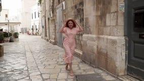 Szczęśliwej młodej kobiety turystyczny odprowadzenie przez ulic stary Europejski miasto, zwolnione tempo zbiory