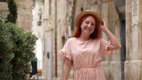 Szczęśliwej młodej kobiety turystyczny odprowadzenie przez ulic stary Europejski miasto, zwolnione tempo zbiory wideo