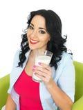 Szczęśliwej młodej kobiety Uśmiechnięty mienie Wielki szkło Świeży mleko Zdjęcie Royalty Free
