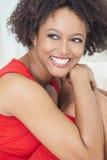 Szczęśliwej Mieszanej Biegowej amerykanin afrykańskiego pochodzenia dziewczyny Perfect zęby Zdjęcia Royalty Free