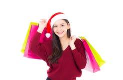 Szczęśliwej mody azjatykcia kobieta z uśmiechu mieniem robi zakupy papierową torbę Zdjęcie Royalty Free