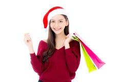 Szczęśliwej mody azjatykcia kobieta z uśmiechu mieniem robi zakupy papierową torbę Fotografia Royalty Free