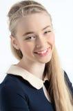 Szczęśliwej nastoletniej ager dziewczyny uśmiechnięty portret Obraz Royalty Free