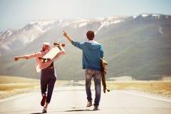 Szczęśliwej pary gór prosta droga jeździć na deskorolce longboards zdjęcia royalty free