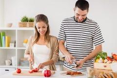 Szczęśliwej pary jedzenia kulinarna kuchnia w domu Zdjęcie Stock