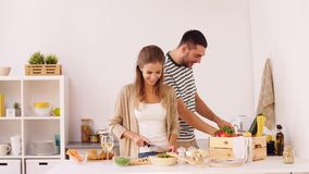 Szczęśliwej pary jedzenia kulinarna kuchnia w domu zdjęcie wideo