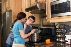 szczęśliwej pary kulinarnej kuchnia pozioma Zdjęcia Royalty Free