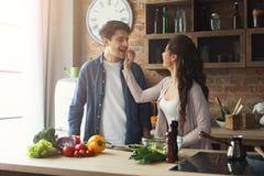 Szczęśliwej pary kulinarny gość restauracji wpólnie Obraz Stock