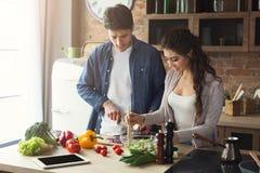 Szczęśliwej pary kulinarny gość restauracji wpólnie Zdjęcia Stock