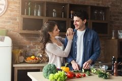 Szczęśliwej pary kulinarny gość restauracji wpólnie Zdjęcie Stock