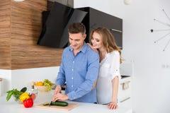 Szczęśliwej pary tnący warzywa dla sałatki i flirtować Obrazy Royalty Free