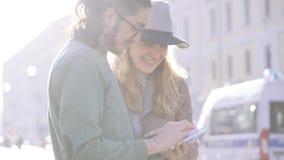Szczęśliwej pary turystyczny susing smartphone dla nawigacji z miękkim naturalnym ranku oświetleniem Mieszana Biegowa para Wsch?d zbiory wideo
