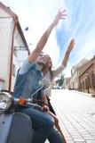 Szczęśliwej potomstwo pary jeździecka hulajnoga w miasteczku Przystojna faceta i młodej kobiety podróż Przygody i wakacji pojęcie Zdjęcia Stock