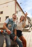 Szczęśliwej potomstwo pary jeździecka hulajnoga w miasteczku Przystojna faceta i młodej kobiety podróż Przygody i wakacji pojęcie Fotografia Royalty Free