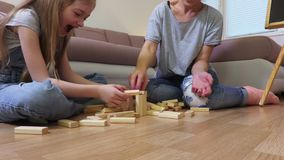 Szczęśliwej rodzinnej sztuki drewniana basztowa gra zdjęcie wideo