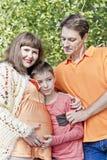 Szczęśliwej rodziny ciężarna matka i syn z ojcem fotografia stock