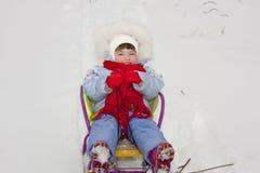 Szczęśliwej skwitowanej uśmiechniętej dziecko małej dziewczynki zimy sledding śnieg Obrazy Royalty Free