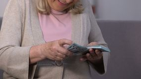 Szczęśliwej z podnieceniem kobiety odliczający dolarowi banknoty, bankowość i kredytowanie, ubezpieczenie zdjęcie wideo