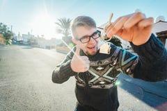 Szczęśliwi śmieszni mężczyzna chwytów domu klucze na domu kształtowali keychain przed nowym domem Zdjęcie Royalty Free