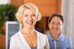 Szczęśliwi żeńscy emeryci zdjęcia stock