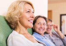 Szczęśliwi żeńscy emeryci w domu zdjęcie royalty free