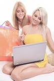 Szczęśliwi żeńscy kupujący ono uśmiecha się - odizolowywający nad a Zdjęcia Royalty Free