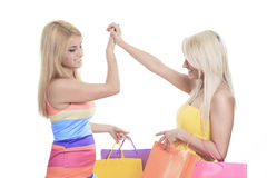 Szczęśliwi żeńscy kupujący ono uśmiecha się - odizolowywający nad a Obrazy Royalty Free