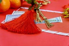 Szczęśliwi amerykańscy dolary chińskiego nowego roku z tradycyjnymi dekoracjami na czerwonym tle zdjęcia stock