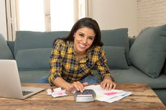 Szczęśliwi atrakcyjni kobiety cyrklowania domu finanse, płacący wystawiają rachunek w domu używać kalkulatora i laptopu obraz royalty free