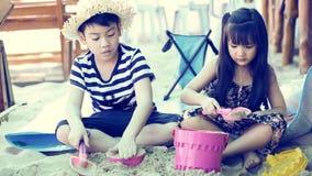 Szczęśliwi azjata dzieciaki bawić się piasek na plaży zdjęcie wideo