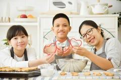 Szczęśliwi Azjatyccy rodzinni mienie czerwieni serca Obraz Royalty Free