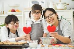 Szczęśliwi Azjatyccy rodzinni mienie czerwieni serca Fotografia Royalty Free