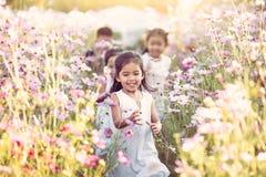Szczęśliwi azjatykci dzieci ma zabawę biegać wpólnie i bawić się Zdjęcia Royalty Free