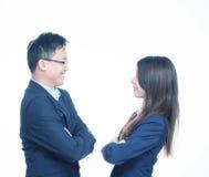 Szczęśliwi azjatykci przedsiębiorcy Młody człowiek i kobieta ono zgadza się w compa zdjęcie royalty free