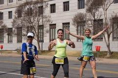Szczęśliwi biegacze przy Little Rock maratonem obrazy stock