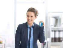 Szczęśliwi biznesowej kobiety seansu klucze Zdjęcie Royalty Free