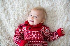 Szczęśliwi braci, dziecka i preschool dzieci, ściskający w domu na białej koc, ono uśmiecha się obraz royalty free