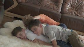 Szczęśliwi bracia radują się w domu na podłoga zdjęcie wideo
