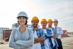 Szczęśliwi budowniczowie i architekt przy budową zdjęcia stock