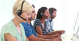 Szczęśliwi centrum telefoniczne agenci opowiada na słuchawki zbiory
