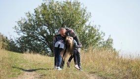 Szczęśliwi childs śpieszą się w ręki ojciec zbiory