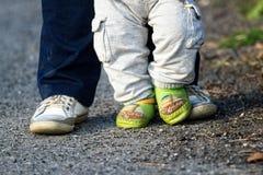 Szczęśliwi cieki - rodzic i dziecko na spacerze fotografia stock