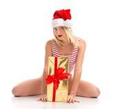 Szczęśliwi czerwoni boże narodzenia zawijający młoda kobieta chwyta prezent przedstawia smilin Obrazy Stock