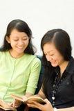 szczęśliwi czytania dwa kobiety potomstwa fotografia stock