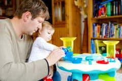 Szczęśliwi dumni potomstwa ojcują mieć zabawę z dziecko córką, rodzinny portret wpólnie Tata bawić się z dziewczynką z zdjęcia stock